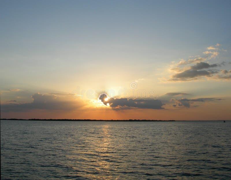 Coucher du soleil bleu sur le fleuve d'Amazone photos libres de droits