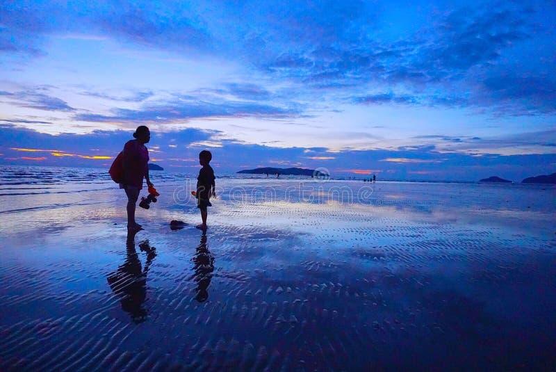 Coucher du soleil bleu sur une plage images libres de droits