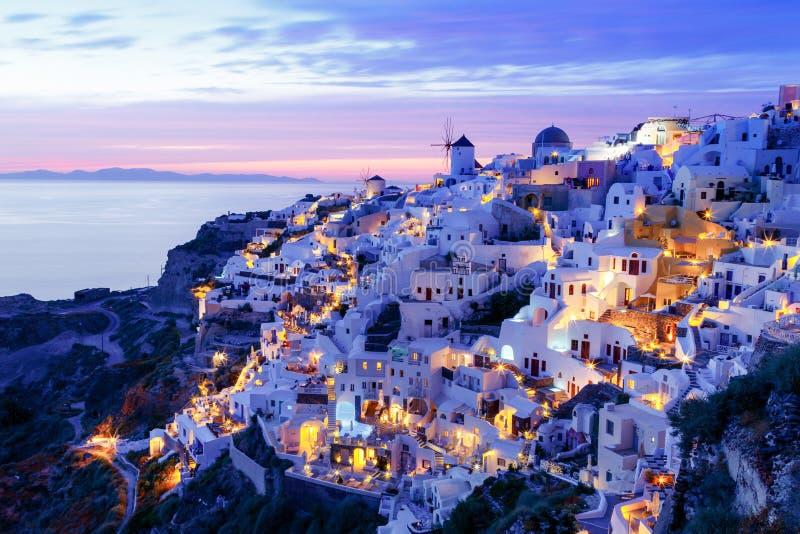 Coucher du soleil brillant et la ville romantique d'Oia, Santorini, Grèce images stock