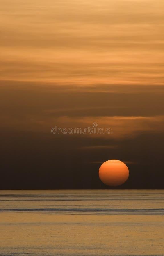 Coucher du soleil brumeux photo stock