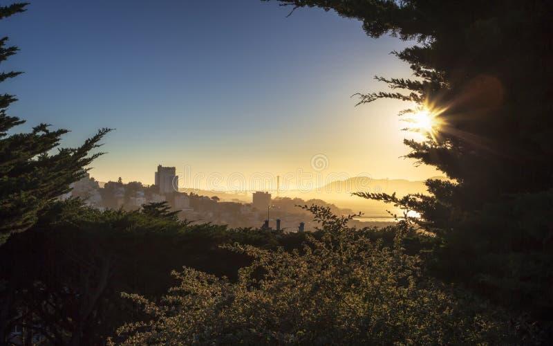 Coucher du soleil brumeux au-dessus de golden gate bridge de tour de Coit image stock