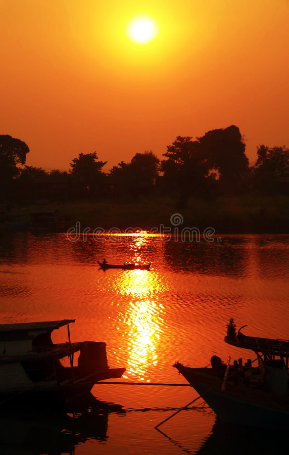 Coucher du soleil brumeux de fleuve d'Irrawaddy (Birmanie) images stock