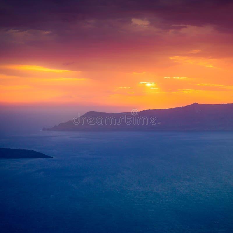 Coucher du soleil célèbre au-dessus de vue de caldeira au-dessus de mer en île de Santorini image libre de droits