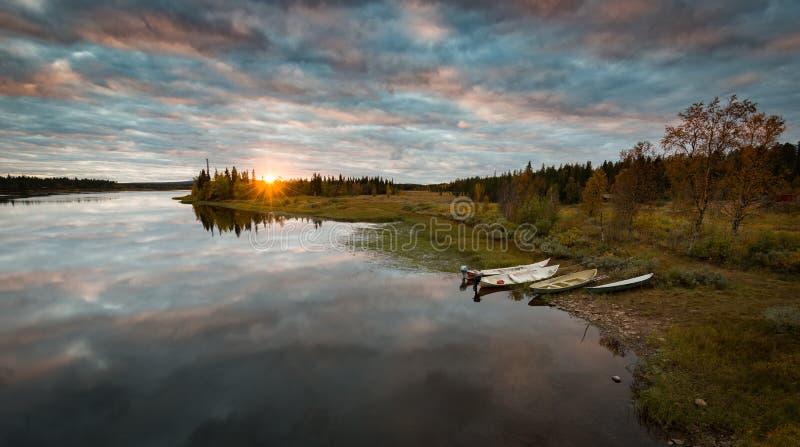 Coucher du soleil calme dans le Suédois Laponie images libres de droits