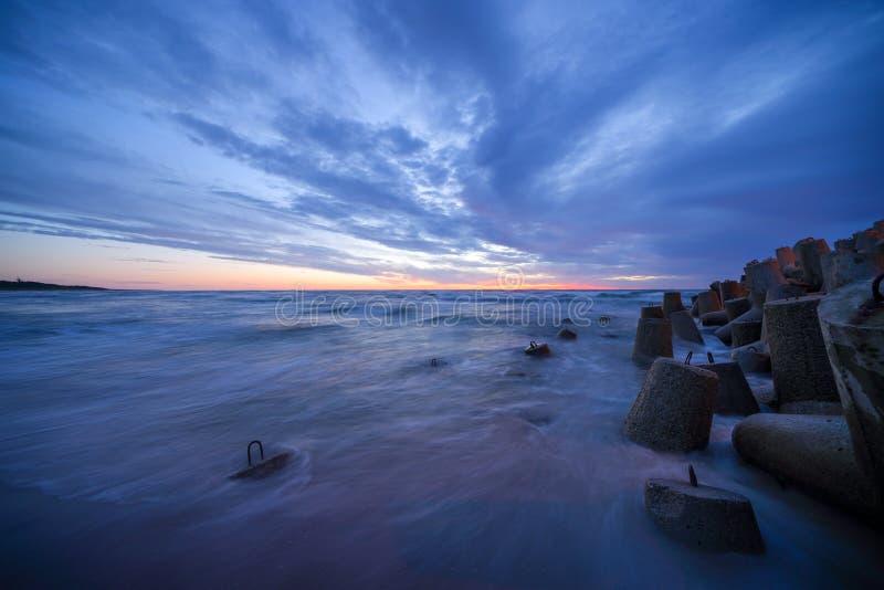 Coucher du soleil calme par la mer image stock