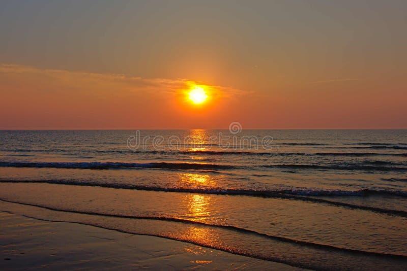 Coucher du soleil chaud au-dessus de la Mer du Nord de ondulation image libre de droits