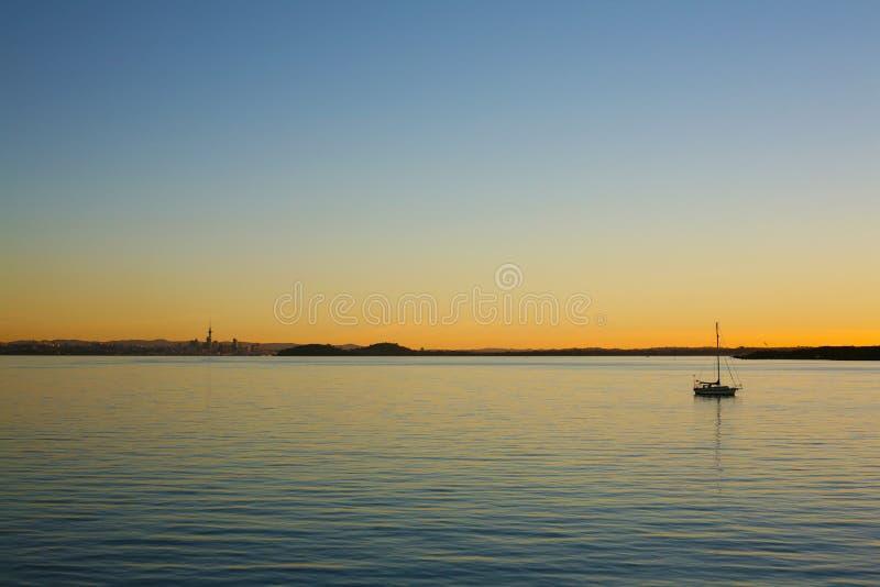 Coucher du soleil chaud de soirée au-dessus de port de Waitemata image stock