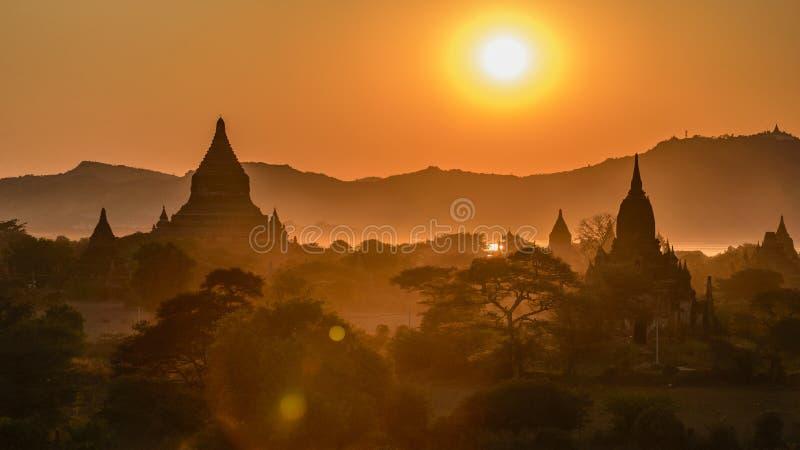 Coucher du soleil chez Bagan photos stock