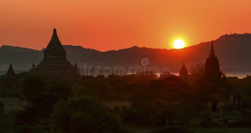 Coucher du soleil chez Bagan photos libres de droits
