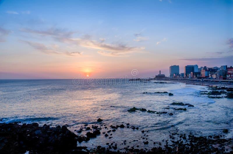 Coucher du soleil chez Barra Beach avec Farol DA Barra Barra Lightouse sur le fond - Salvador, Bahia, Brésil photos stock