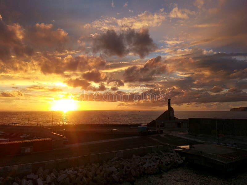 Coucher du soleil chez Cirkewwa Malte image stock