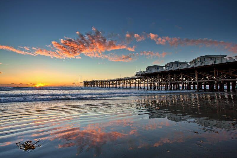 Coucher du soleil chez Crystal Pier en plage Pacifique, San Diego, la Californie image stock