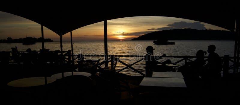 Coucher du soleil chez Kota Kinabalu, mer de sud de la Chine, malaysian Bornéo image libre de droits