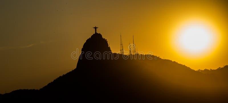 Coucher du soleil chez le Christ le rédempteur photo stock
