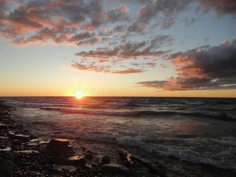 Coucher du soleil chez le lac Ontario dans Oswego, NY photos stock