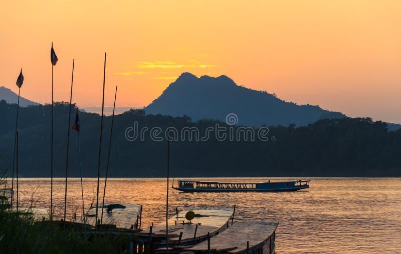 Coucher du soleil chez le Mekong dans Luang Prabang, Laos photo stock