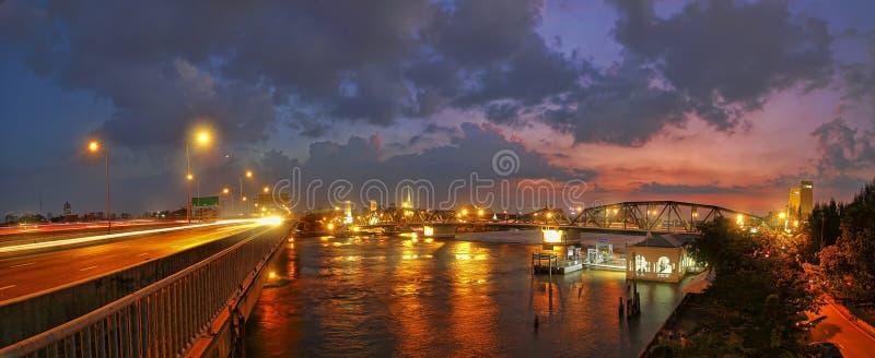 Coucher du soleil chez le pont de Phra Phuttha Yodfa et le Phra Pok Klao Bridge à Bangkok photo stock