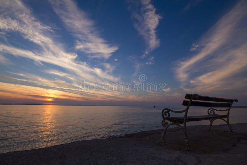 Coucher du soleil chez Lun sur l'île PAG, Croatie photographie stock libre de droits