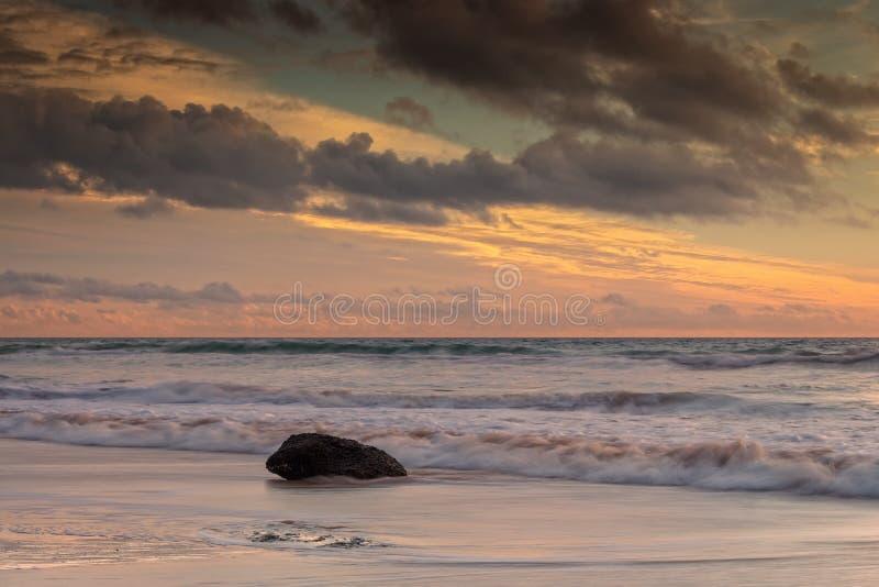 Coucher du soleil chez Playa de la Barrosa à Cadix image stock