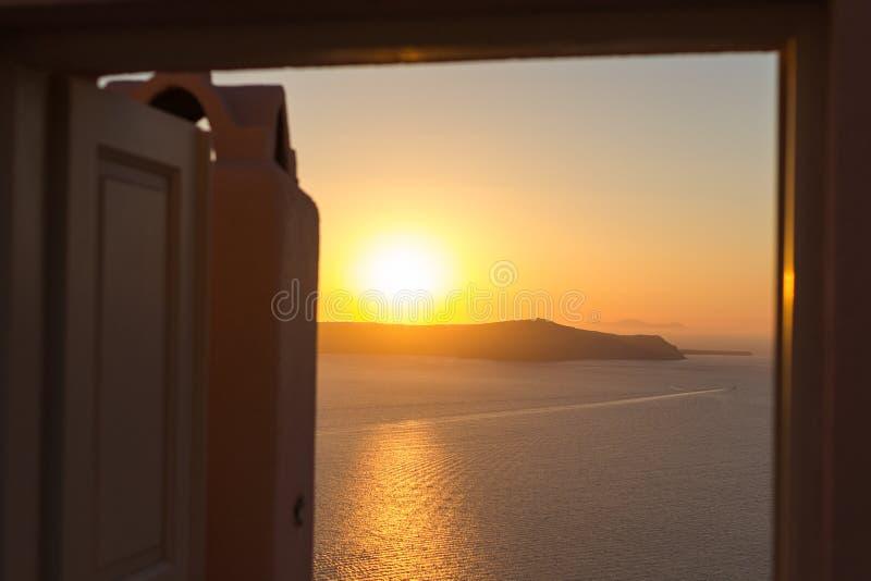 Coucher du soleil chez Santorini par une porte image stock