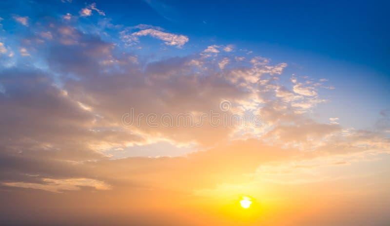Coucher du soleil Ciel bleu et nuages photo libre de droits