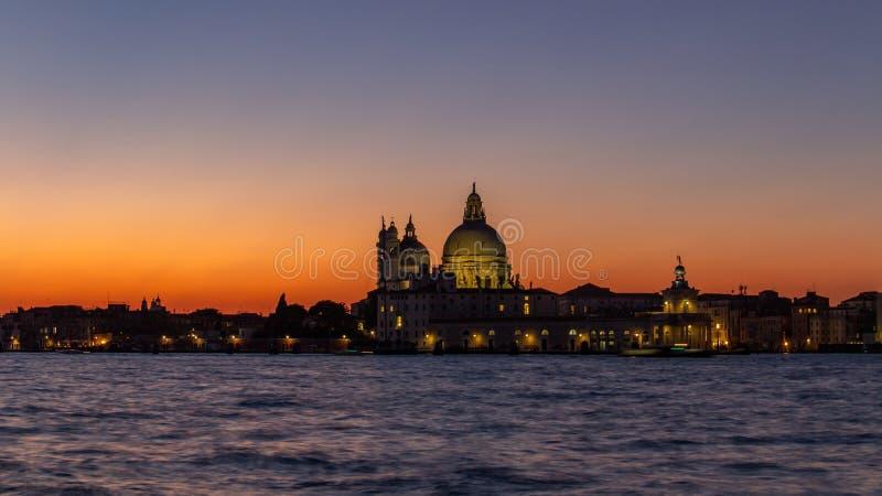 Coucher du soleil classique Venise sur Grand Canal pr?s de la basilique de Santa Maria della Salute, Venise Romance, concept de v photos stock