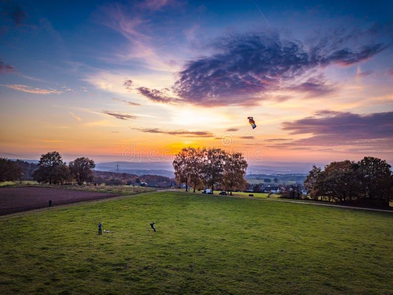 Coucher du soleil coloré aérien de l'Allemagne de tir de bourdon photographie stock