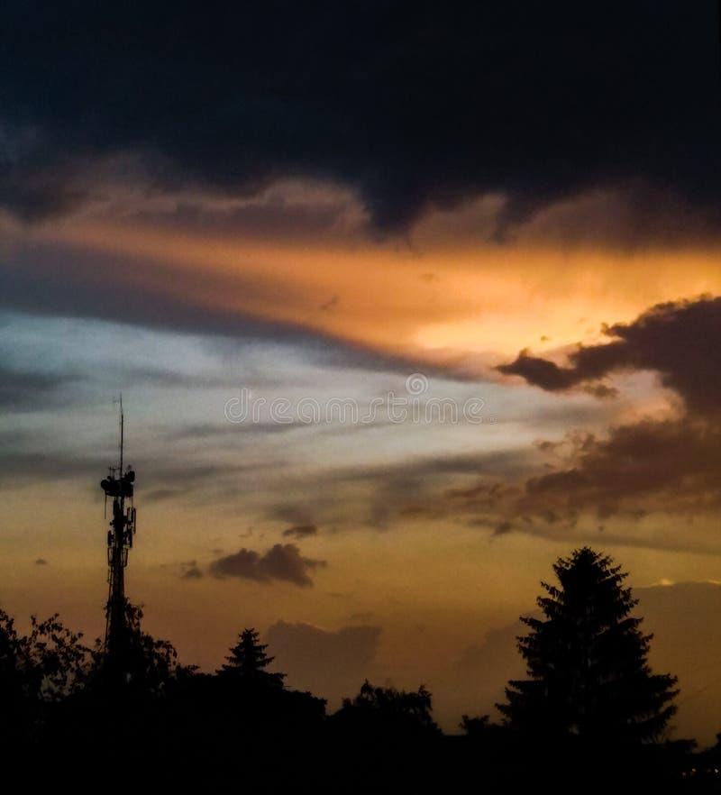 Coucher du soleil coloré après pluie images stock