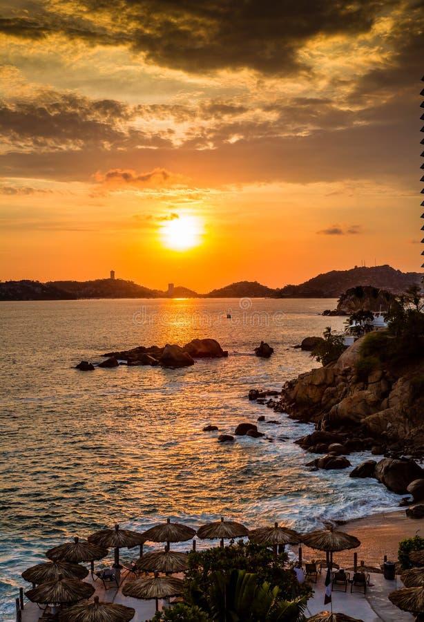 Coucher du soleil coloré au-dessus de baie d'Acapulco CR2 image libre de droits