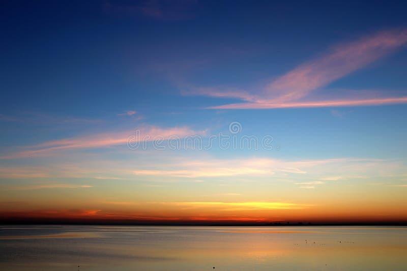 Coucher du soleil coloré au-dessus de l'horizon d'obscurité de mer photo libre de droits
