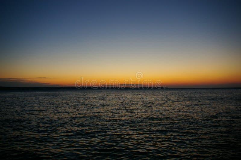 Coucher du soleil coloré au-dessus de la mer photo libre de droits