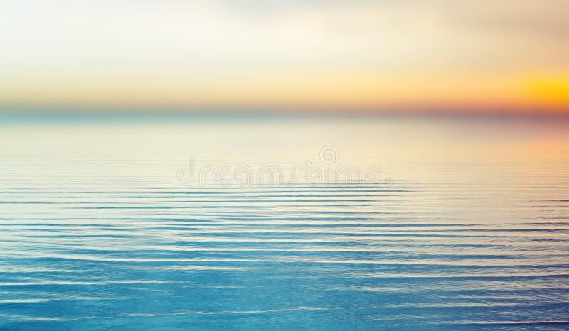 Coucher du soleil coloré au-dessus de mer Fond brouillé images libres de droits