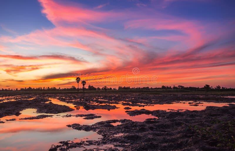 Coucher du soleil coloré au-dessus du fond crépusculaire de nuage et de ciel, colo images libres de droits