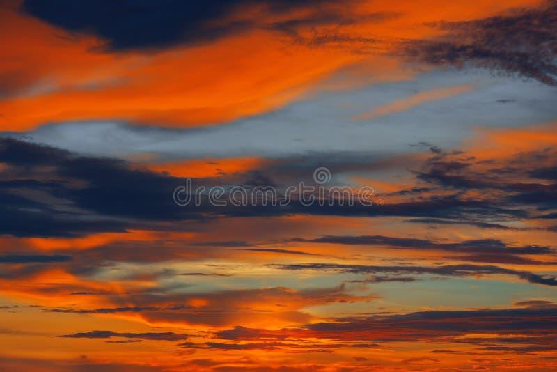 Coucher du soleil coloré dans l'Océan Indien photos stock