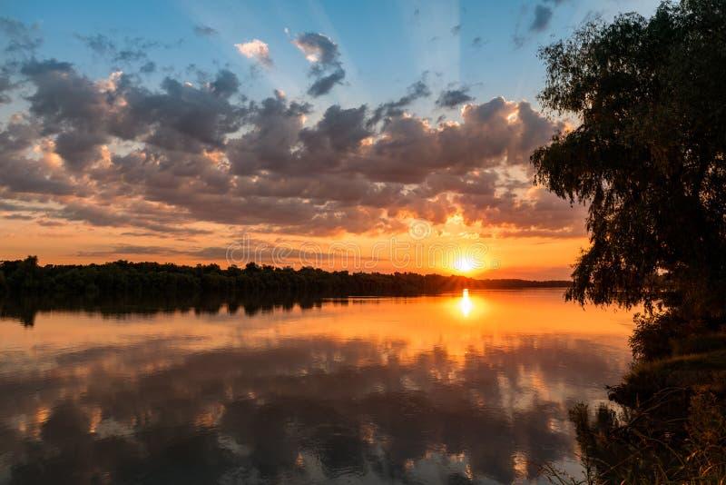 Coucher du soleil coloré de delta sauvage de Danube image libre de droits