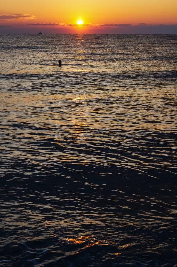 Coucher du soleil coloré de lever de soleil au-dessus de la mer Égée photo libre de droits