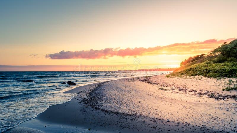 Coucher du soleil coloré de littoral image stock