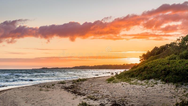 Coucher du soleil coloré de littoral avec la beaux plage et océan image stock
