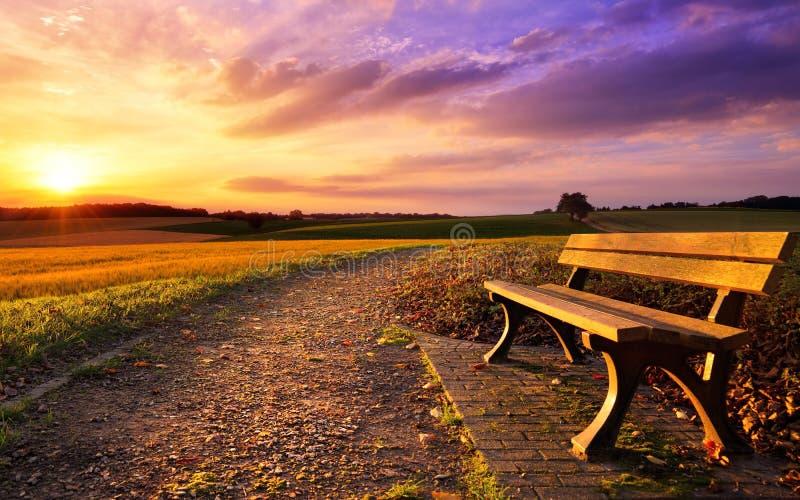 Coucher du soleil coloré en idylle rurale images stock