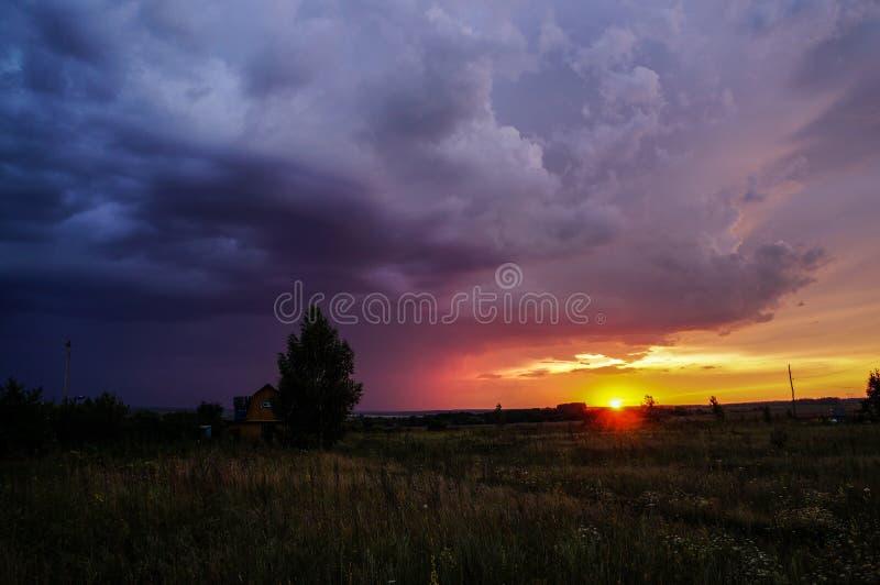 Coucher du soleil coloré, merveilleux, beau d'automne image stock
