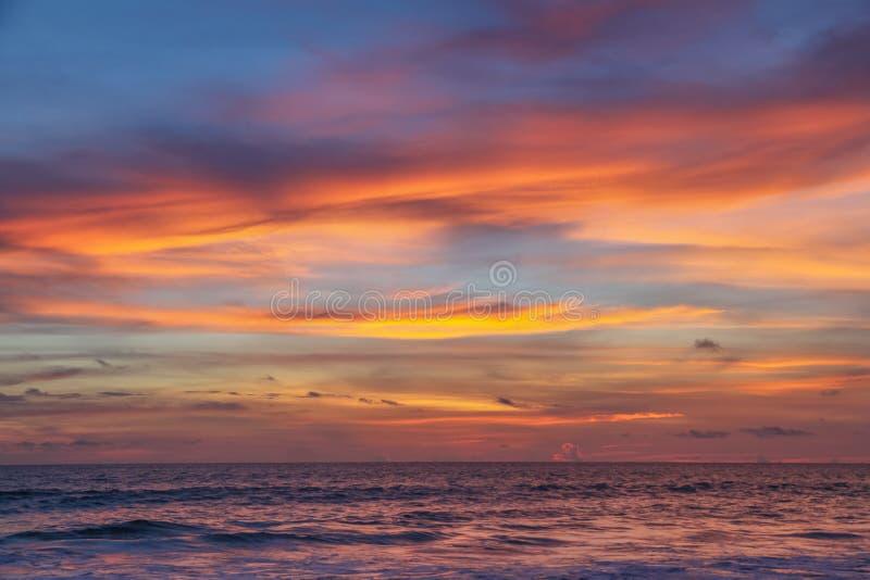 Coucher du soleil coloré sur la mer d'andaman, Phuke image stock