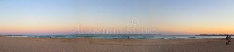 Coucher du soleil coloré sur la plage avec la vue de la mer Méditerranée dans Algarve, Portugal image libre de droits