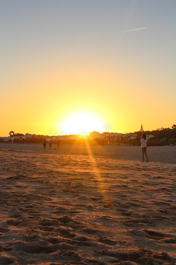 Coucher du soleil coloré sur la plage dans Algarve, Portugal image libre de droits