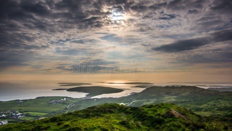 Coucher du soleil coloré sur la route de ciel Coucher du soleil sur la partie occidentale d'Irela photos libres de droits