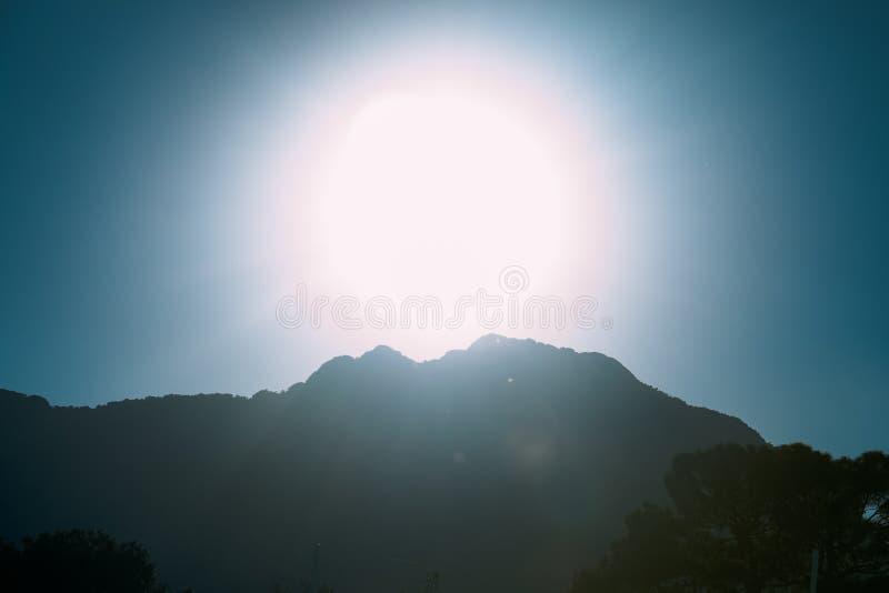 Coucher du soleil coloré sur le dessus de la montagne sous un rayon photo stock