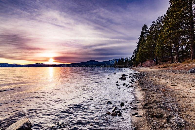 Coucher du soleil coloré sur le rivage du nord du lac Tahoe, la Californie photos libres de droits