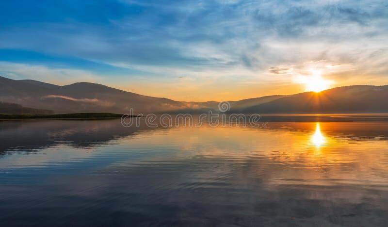 Coucher du soleil color? au-dessus d'un lac de montagne images stock