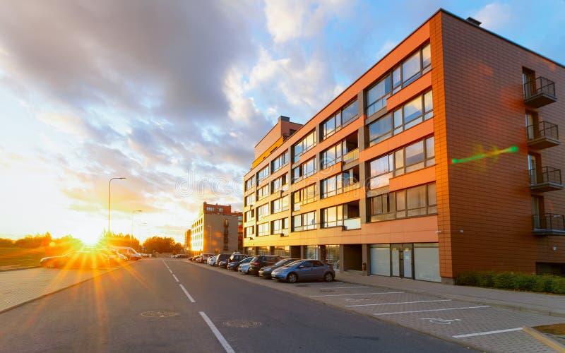 Coucher du soleil complexe de maison de rapport et à la maison de construction résidentielle de rue de stationnement photo libre de droits