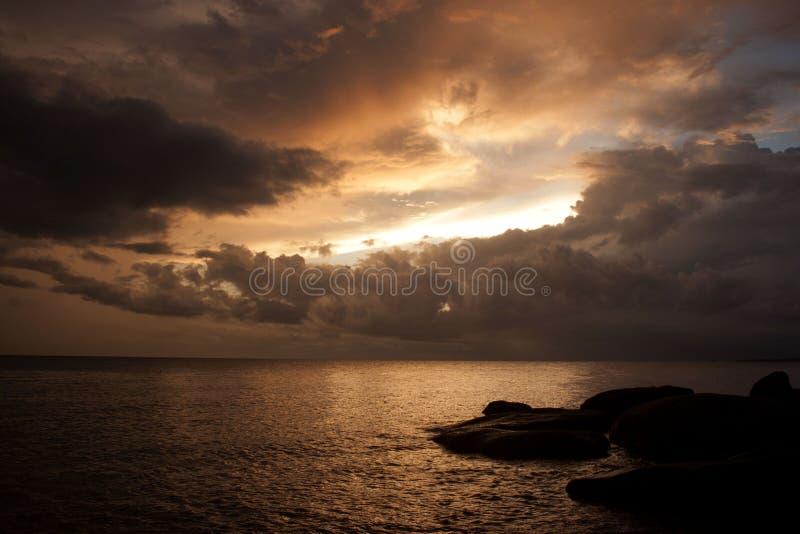 Coucher du soleil CONTRE la pluie photographie stock libre de droits