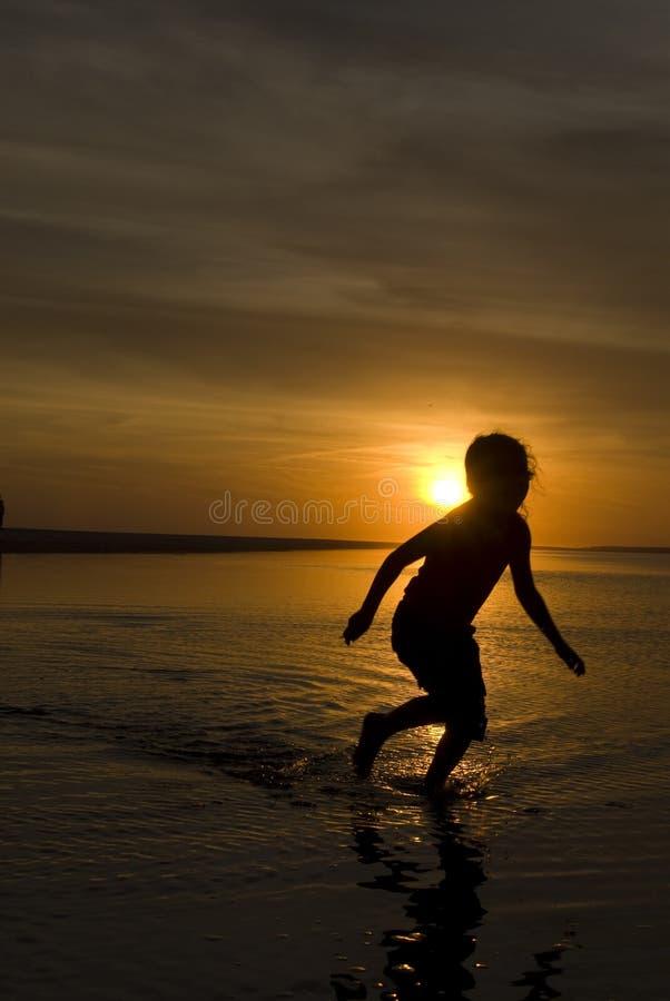 coucher du soleil courant de silhouette de fille image libre de droits